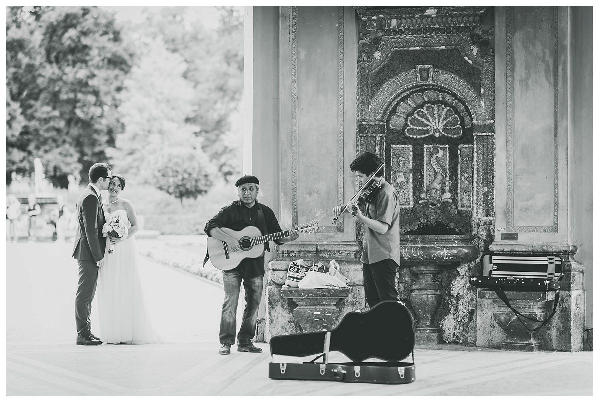 Straßenmusiker begleiten Brautpaarshooting