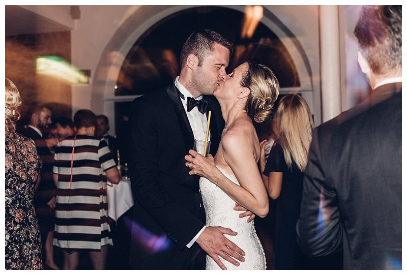 Hochzeitspaar küsst sich bei Party
