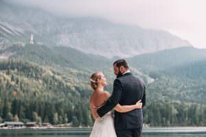 Brautpaar vor See und Bergen
