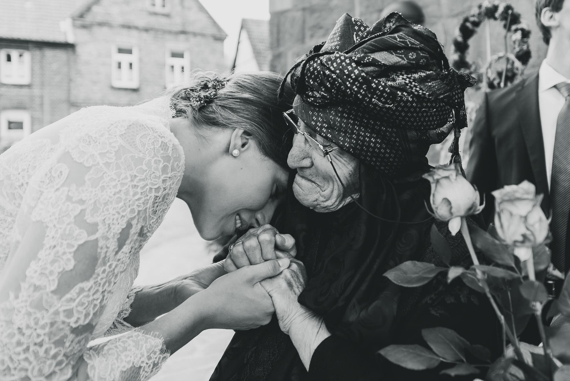 Großmutter gratuliert Braut zur Hochzeit