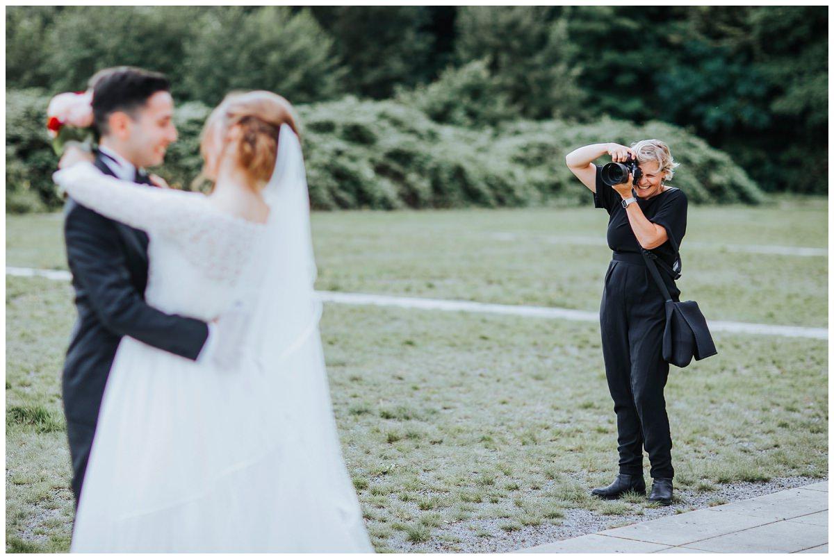 Hochzeitsfotografin fotografiert Brautpaar