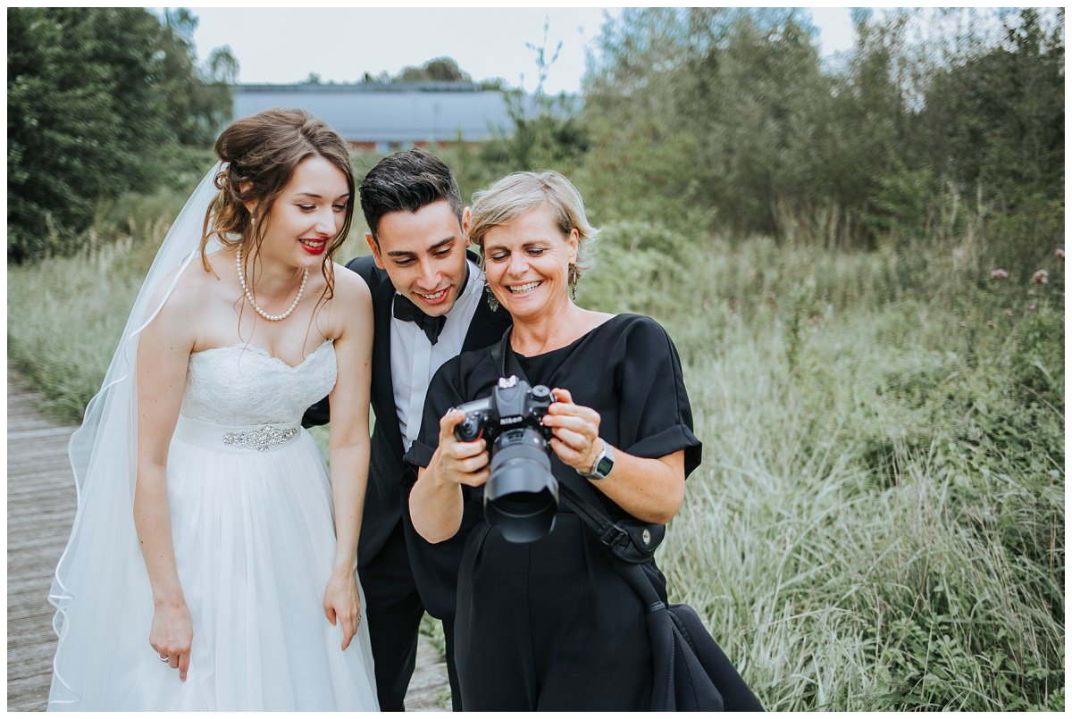 Hochzeitsfotografin Stephanie Kunde zeigt Brautpaar Fotos