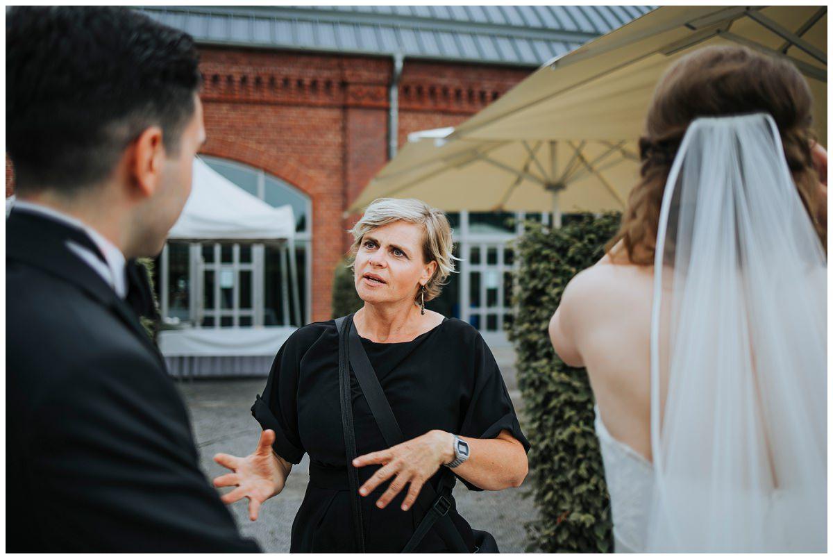 Hochzeitsfotografin Stephanie Kunde bespricht sich mit Brautpaar