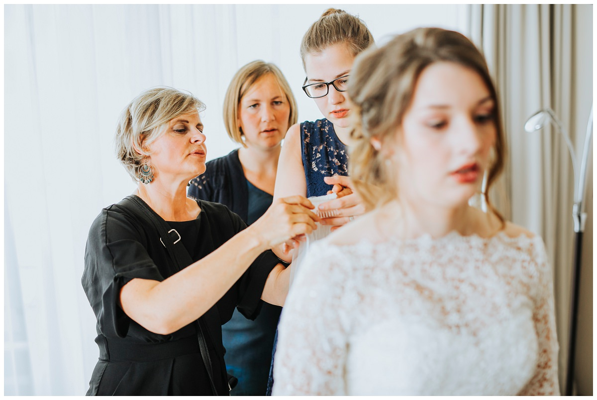Hochzeitsfotografin Stephanie Kunde hilft beim Getting Ready
