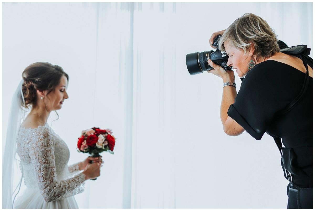 Hochzeitsfotografin Stephanie Kunde fotografiert Braut mit Blumenstrauß