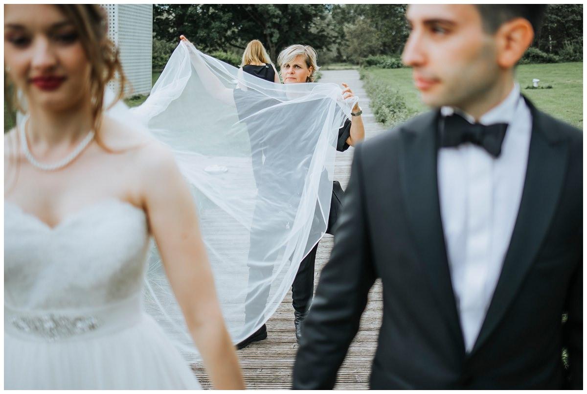 Hochzeitsfotografin Stephanie Kunde richtet Schleier