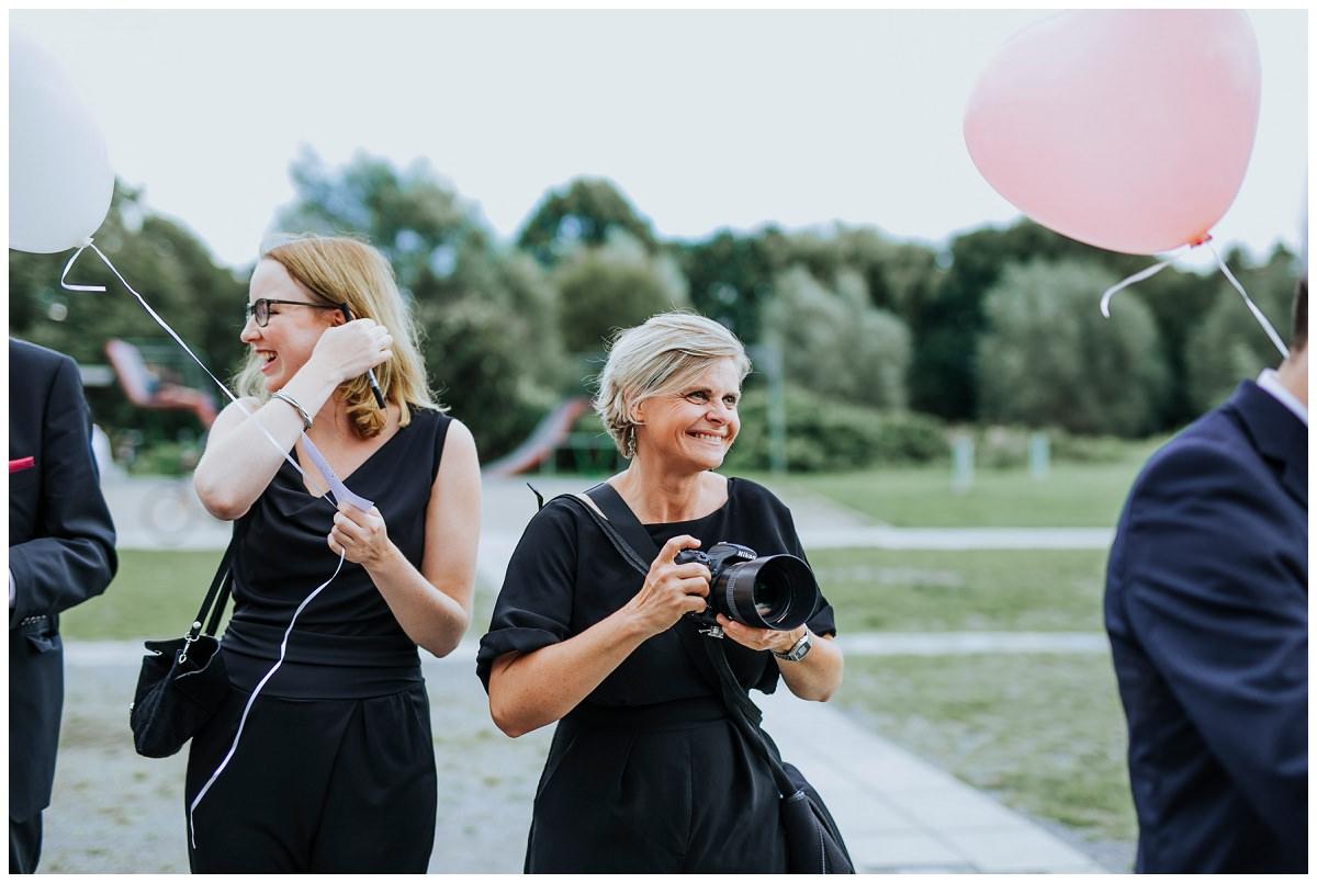 Hochzeitsfotografin Stephanie Kunde umgeben von Hochzeitsgästen