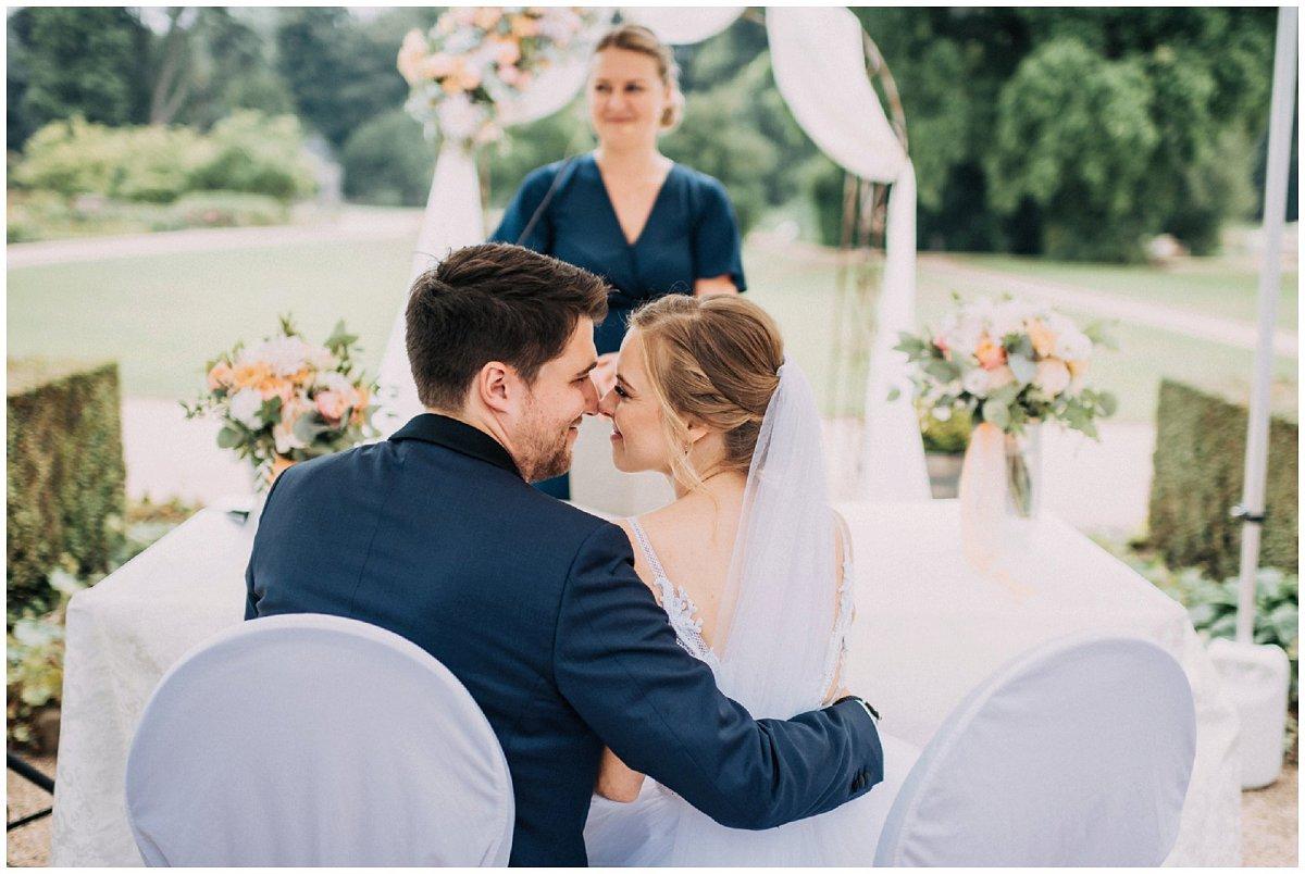 Braut und Bräutigam bei der Zeremonie